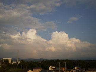 今日の屋上からの空。夏らしい雲。でも、また一降りありそう。