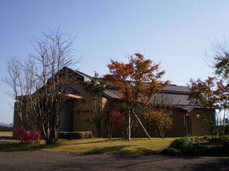 穏やかな秋の空と紅葉と樹下美術館