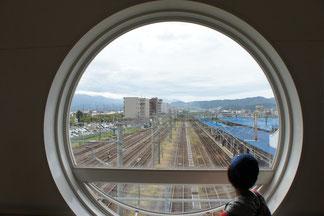 直江津駅自由通路の丸窓から。この景色に何を思っているのでしょうか