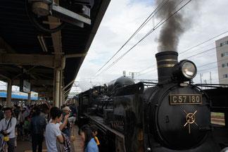 ホームには多くの鉄道ファンがお出迎え。みんな笑顔です