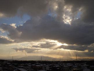雲の切れ間から一週間ぶりの光のシャワー