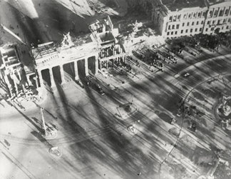Brandenburger Tor, Berlin 1945 - 1946, Silbergelatineabzug/gelatin silver print 9,1 x 11,7 cm  © Hein Gorny / A.C. Byers - Collection Regard