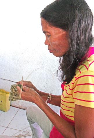 Philippinische Frau beim Flechten mit Nito, © Michelle Feye