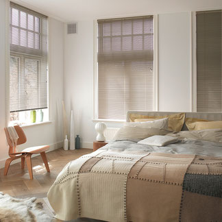 Durch das Verstellen der Lamellen lässt sich der Lichteinfall regulieren. Innenjalousien bieten vor allem Schutz gegen unerwünschte Blicke und dunkeln ab.