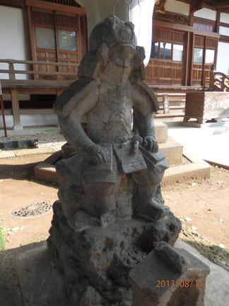 近藤重蔵の甲冑姿石像
