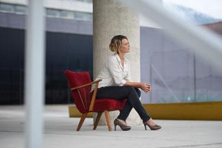 """Hier ist ein Bild von Elke Prühlinger, personzentrierte Psychotherapeutin in Ausbildung unter Supervision, im Gespräch. Es ist mit der Rubrik """"Über mich"""" verlinkt."""