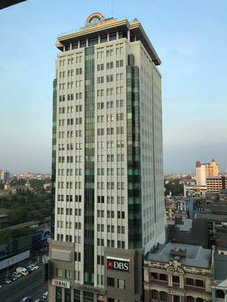 20階建の高層ビル。14階にUCSミャンマーがあります。