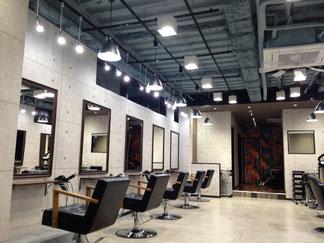 美容院の照明はお客様を包み込むように前後左右から柔らかな光をあてて、お客様のお顔に影を作らず襟足まで見えて、スタッフの手暗がりを作らない工夫が必要です。