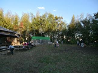 ●中庭。木の工作や竹馬などをして遊べる場所