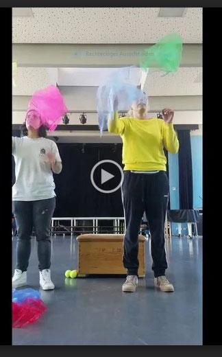 Jonglieren mit Tüchern - mit Frau Vollmert