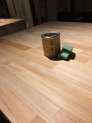 学生さんの作成の机に蜜蝋(みつろう)を塗りました。