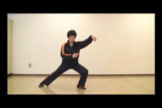 24式太極拳定式17:右下勢独立の静止画像