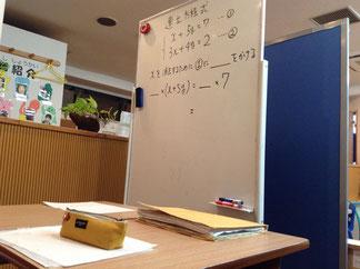 大きめのホワイトボードで、穴埋め問題で計算過程を復習しました