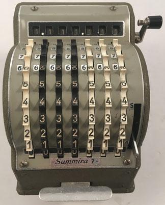 SUMMIRA 7. s/n 17805, fabricada por Summira GmbH (fundada por Paul G. Müller hacia 1953), Roisdorf (Alemania), año 1954, 17x19x13 cm