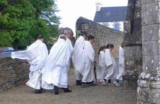Le vent (entrée des prêtres et servants d'autel dans la chapelle)