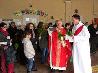Dimanche : le père Yves (Laurent) et Joseph  bénissent l'assemblée sous le préau de l'école Saint Pierre de Pleyber-Christ