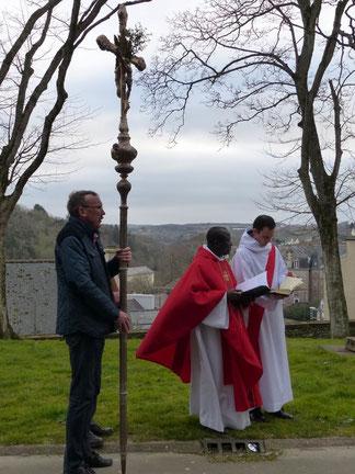 Samedi : Le père Yves (Tano) et Joseph dans les jardins de l'église St Martin.