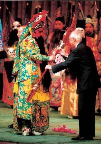 公演終了後、王金(おうきんろ)氏(右)より 愛用の青龍堰月刀(せいりゅうえんげつとう)が贈呈された。