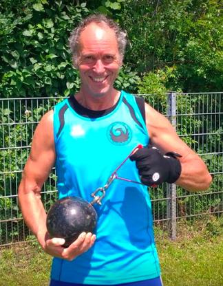 """Reinhard Rhaue mit dem """"leichten"""" Super-Heavy-Weight."""
