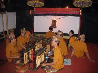 バリ島のワヤン上演の様子、手前の楽器がグンデル・ワヤン
