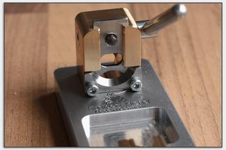 Die beiden runden Messer schneiden das Rohr von außen nach innen ohne es großartig zusammenzudrücken.