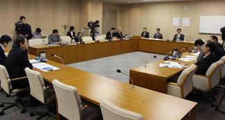 審議する軍特委の委員ら。午後4時前まで水面下のすり合わせが続けられたが、当日に結論は出なかった=11日、県議会