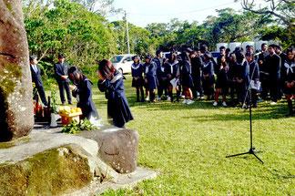 嵩田牧場の敷地面積は約7万平方㍍。県内の農林高校の実習施設で最大規模を誇る。手作りの獣魂碑に手を合わせる畜産課の生徒