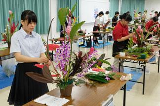 県農ク大会でフラワーアレジメントを制作する生徒ら=5日午前、八農高