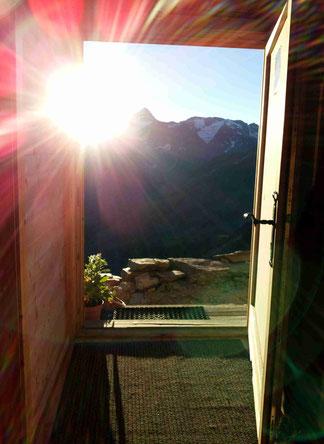 offene Tür mit Sonnenaufgang am Gipfel