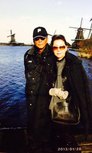 趣味の世界で、子供の頃に見た夢を実現させた時の一葉。レース鳩の祭典・オリンピアードに参加してオランダのアムステルダムにて、風車を背景に寛ぐ竹垣悟・絹代夫婦。嫁は姫路の繁華街にある魚町・松びしビル3階でクラブをしている。店の名前は、フランス語で一(いち)とか、一(ピン)という意味だ。