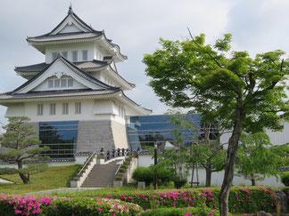 近年になって整備建立された園部城の隣が博物館