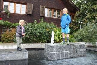 Einige Häuser am Ochsenplatz machten den dominierenden Zwillingsbauten der Raiffeisenbank Platz. Der Brunnen vor dem Oswald-Heer-Geburtshaus belebt den neu geschaffenen Platz, auch zur Freude der Kinder.