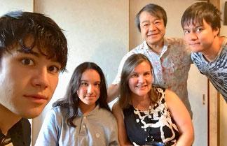 スリヤ佐野ファミリー 左からヨハンナ雪恵、    ヨセフィーナ文恵、ヨシュア正文、ヨハネ聖文、一夫   (オーストラリア、ブリズベンにて)