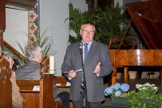 Vor dem Konzert: Pastor Manfred Kaiser hieß die Besucher des ausverkauften Konzertes in der Bonifatiuskirche willkommen.