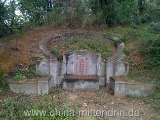Ein Grab in den Bergen von Zhangzhou, Fujian (China).