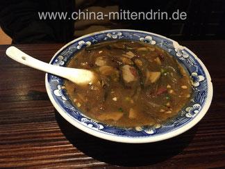 Hu-La-Tang (胡辣汤), eine scharfe Suppe, die mit viel Pfeffer gewürzt ist und zahlreiche Zutaten enthält.