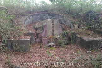 Ein typisches Grab in einem Vorort von Xiamen, Fujian (China).