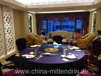 So sehen die Räume in einem luxuriösen Restaurant aus. Zur Zeit (Sommer 2014) kann man hier für ca. 200 RMB pro Person richtig gut und richtig viel essen. Beamte dürfen nicht mehr auf Spesenrechnung h