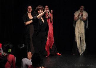 Rosa Martínez spricht beim spanischen Sommerfest 2014 im Tanzstudio La Fragua einen Toast an das Publikum aus. / Color-Foto by Boris de Bonn
