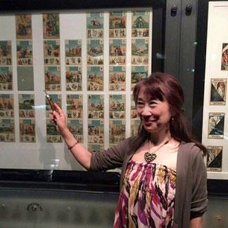 カード博物館(パリ郊外イッシー)のルノルマンカード展示の前で