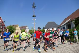 (Foto: Rainer Weißmann, Start zum 20. Staffellauf im Jahr 2018 auf dem Dombühler Marktplatz)