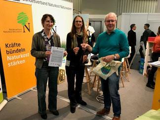 Ziehung der Gewinner am BNN-Stand der BioFach durch Elke Röder und Hans-Josef Brzukalla vom BNN und Britta Pätzold, HEAT GmbH