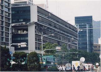 写真2 4階がペシャンコにつぶされた神戸市役所の建物(撮影:遠藤)