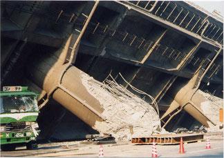 写真6 倒壊した高速道路の橋脚(撮影:遠藤)