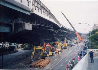 写真5 高速道路の倒壊(撮影:遠藤)