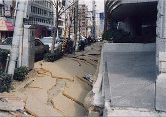 写真3 地盤沈下により2階が地下室に(撮影:遠藤)