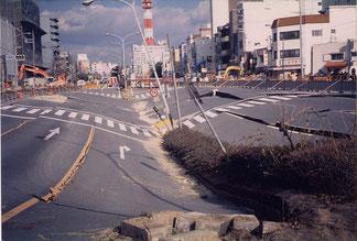 写真4 地下鉄の駅が被害を受けて,地上では道路が陥没(撮影:陶野)