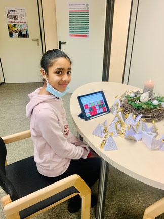 Eine Schüler der 6. Klasse mit dem digitalen Adventskalender