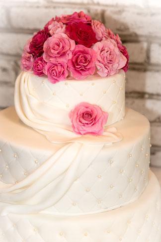 Hochzeitstorte zweistöckig Rosen Perlen klassisch
