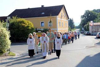Am Ortseingang empfing Pfarrer Raimund Arnold die Wallfahrergruppe aus Waldmünchen.